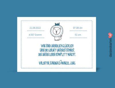 Geburtskarten Junge - Kleiner Löwe selber gestalten mit eigenem Foto, Design blau, hellblau, Rückseite, Motiv Babykarten: Kleiner Löwe und Wolke mit änderbaren Mustertexten Fotokarte von dankeskarten.de. Zu den Dankeskarten zur Geburt kannst du hier passende Briefumschläge kaufen.